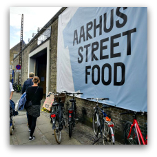 Aarhus Street Food er et stort madmarked ved Rutebilsstationen med mad fra hele verden og med flere veganske madmuligheder (Ny Banegårdsgade 46. 8000 Aarhus C.)