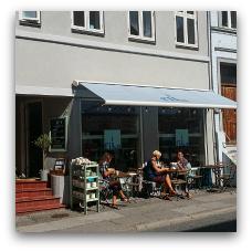 Fika er en 100 % økologisk og veganer-venlig café. (Jærgergårdsgade 47. 8000 Aarhus C.))