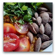 GRØD har blandt andet en lækker og spicy dahl på menuen, vegansk uden skyr. (Aarhus Central Food Market, Sct. Knuds Torv, 8000 Aarhus C.)