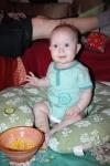 Juno spiser majs på gulvet – 7 måneder