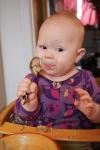 Juno smager på grød med en ske - 6 måneder